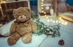 Oso y luz de peluche de la decoración de la Navidad Fotografía de archivo