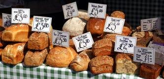 Oso y panes para la venta en el mercado de los granjeros fotos de archivo libres de regalías