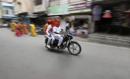 3 osob jazdy rower na lokalnej ulicie Rajasthan obraz royalty free