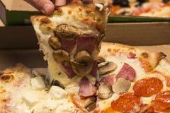Osoba bierze kawałek pizza od pudełka Zdjęcie Stock