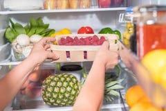 Osoba bierze kosz z owoc od fridge obrazy royalty free