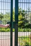 Osoba chce dostaje wewnątrz na boisku przez małej bramy spawający drut Zdjęcia Stock