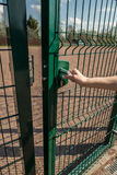Osoba chce dostaje wewnątrz na boisku przez małej bramy wel Obraz Stock