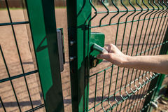 Osoba chce dostaje wewnątrz na boisku przez małej bramy wel Zdjęcia Stock