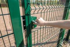Osoba chce dostaje wewnątrz na boisku przez małej bramy wel Zdjęcie Stock