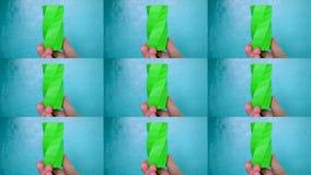 Osoba chwyty na jego rękach i widok zieleni przedmiot tworzyli na 3d drukarce zbiory