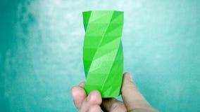 Osoba chwyty na jego rękach i widok zieleni przedmiot tworzyli na 3d drukarce zbiory wideo