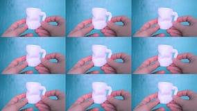 Osoba chwyty na jego rękach i widoku biały przedmiot tworzyli na 3d drukarce zbiory wideo