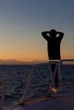 Osoba cieszy się oceanu zmierzch zdjęcia stock