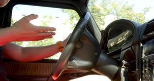 Osoba gestykuluje podczas gdy jadący kierownicę w samochodzie zdjęcie wideo