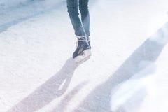 Osoba jeździć na łyżwach na łyżwiarskim lodowisku lub na lodowym lodowisku obrazy stock