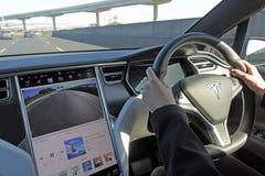 Osoba jedzie Tesla elektrycznego samochodu przenośnego modela X na motorwa obraz royalty free