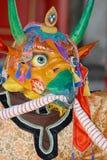 Osoba jest ubranym tradycyjną szamanu ` s maskę i kostium w Ulaanbaatar, Mongolia Fotografia Stock