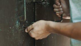 Osoba klucz otwiera kędziorek zdjęcie wideo