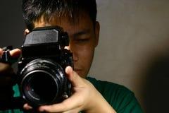 Osoba lub Nastoletni Patrzeć Przez Średniej formata filmu kamery Zdjęcie Royalty Free