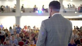 Osoba mówi o marketingu i zarządzaniu dla pomyślnych sprzedaży studenta collegu zbliżenie indoors Fachowi pomysły zdjęcie wideo
