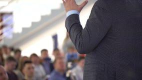 Osoba mężczyzny głośnikowy nauczanie przy konferencją międzynarodową o zarządzaniu ekonomiczni 4 K, ludzie biznesu konwersatorium zbiory wideo
