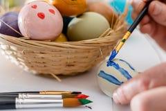 Osoba maluje Wielkanocnych jajka fotografia royalty free