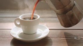 Osoba nalewa kawę w małej filiżance zbiory wideo