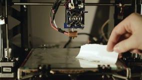 Osoba nalewa szkło powierzchnię w 3D drukarce z glutenem 4K zdjęcie wideo