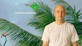 Osoba ocenia kurort z smiley twarzą na wirtualnym ekranie Mężczyzna rusza się suwaka w kierunku satysfakci  zdjęcie wideo
