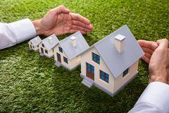 Osoba Ochrania Wzrastający dom zdjęcie royalty free