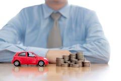 Osoba Ochrania Wzrastający monety I samochód obraz stock