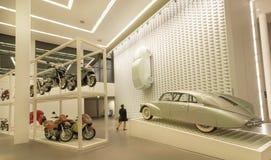 Osoba ogląda retro samochody powystawowych wśrodku sławnego muzealnego Pinakothek dera Moderne Obraz Royalty Free
