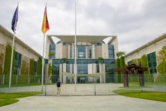 Osoba patrzeje federacyjny chancellerey bundeskanzleramt wewnątrz zdjęcia stock