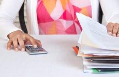 Osoba patrzeje nad kartotekami w biurze Fotografia Stock