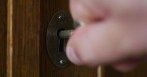 Osoba r?cznie obraca starego klucz w keyhole antykwarski drewniany gabinet zdjęcie wideo