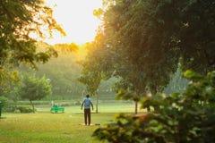 Osoba robi ćwiczeniu przed wschód słońca obraz royalty free