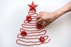 Osoba robi kreatywnie drzewa robić koraliki w minimalistic stylu, dekoruje z gwiazdą i bożych narodzeń lub nowego roku obrazy stock