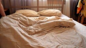Osoba rzutów poduszki trząść powszechnego nakrywkowego dwoistego łóżko zbiory