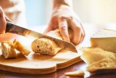 Osoba tnący chleb zdjęcie royalty free