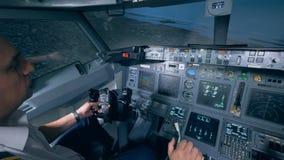 Osoba trzyma kierownicę w płaskim symulancie, zakończenie w górę zbiory