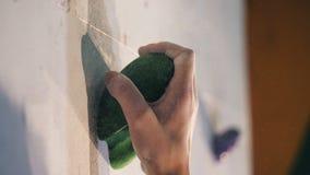 Osoba trzyma skałę na wspinaczkowej ścianie, zakończenie w górę zbiory wideo