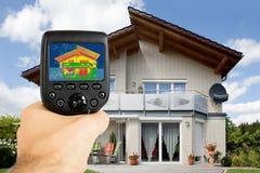 Osoba Używa Infrared Termiczną kamerę Na zewnątrz domu obraz stock