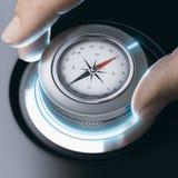 Osoba używa nowożytnego kompas dla fachowej orientaci fotografia royalty free