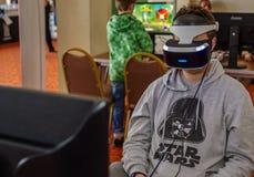Osoba używa Playstation VR słuchawki Obrazy Royalty Free