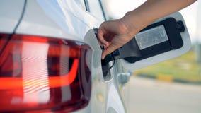 Osoba usuwa benzynową krócicę od zbiornika przymknięcie i opieka ja zbiory
