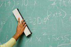 Osoba usuwa formuły od blackboard obraz royalty free