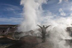 Osoba wśród gejzerów w kraterze wulkan w Boliwia Uyuni obraz stock