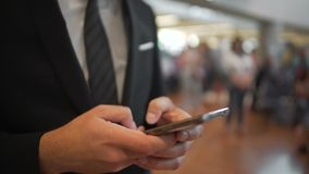 Osoba w garniturze texting na smartphone, gadżety, nowożytne technologie zbiory