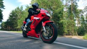 Osoba w rowerzysta odzieżowej jazdie na motocyklu zdjęcie wideo