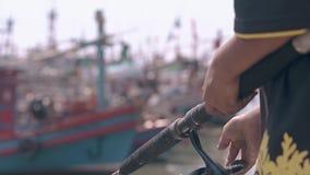 Osoba w tradycyjnych opatrunków chwytów rybim zbliżeniu zbiory