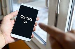 Osoba widzii białą inskrypcję na czarnym smartphone pokazie fotografia stock