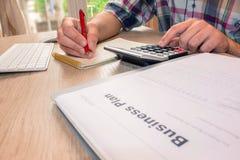 osoba wskazuje writing cele na papierze, writing plan biznesowy a Obraz Royalty Free