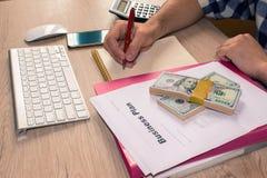 osoba wskazuje writing cele na papierze, writing plan biznesowy a Fotografia Royalty Free