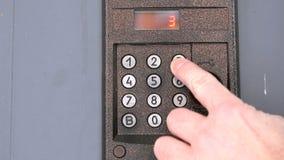 Osoba wybiera numer liczbę mieszkanie na doorphone zbiory